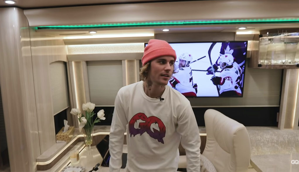 Justin Bieber gave us a glimpse into his tour bus and it's extra AF