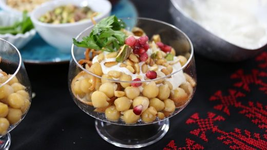 Chickpeas with yogurt topping and pita croutons